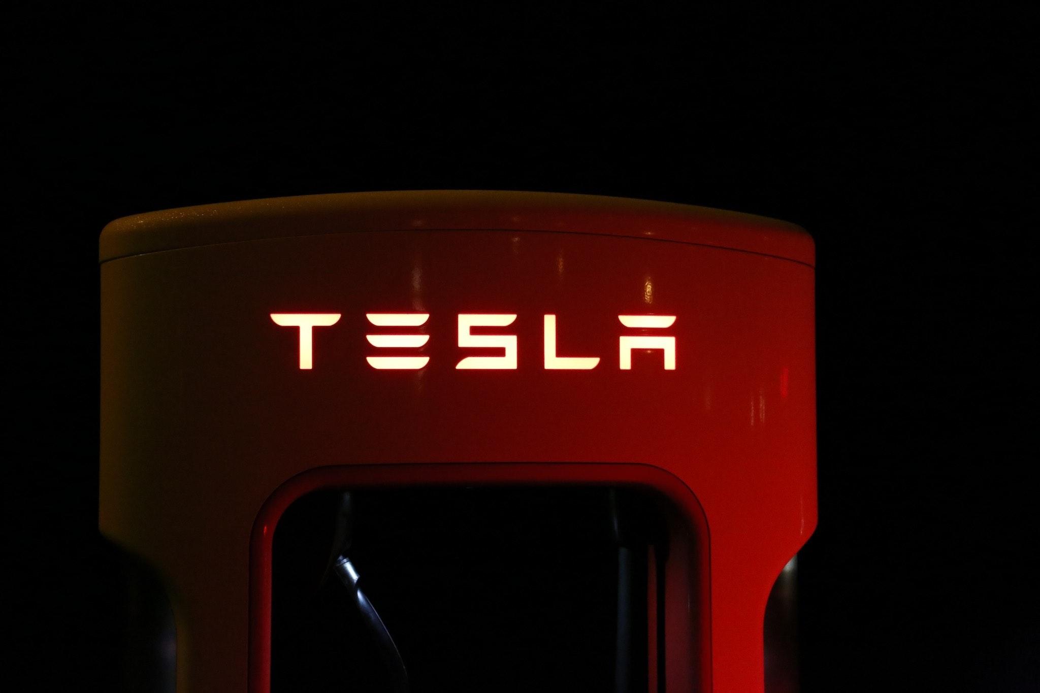 Tesla merket i rødt.